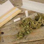 Una de las formas más habituales de tomar marihuana es fumándola en un papel de liar porros