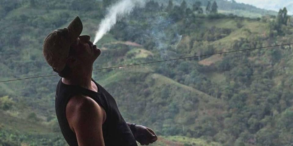 El rey del Cannabis Arjan fumando en una montaña.